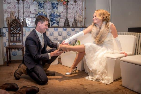 Huwelijksfotograaf Zeeland, bruidegom helpt bruid Zierikzee, Dick