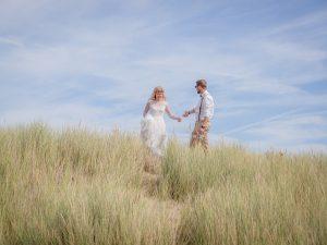 Trouwfotograaf Middelburg Zeeland, duinen en strand fotoshoot, Dick