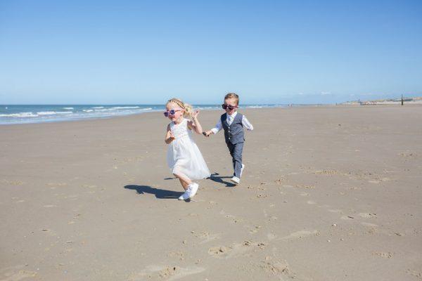 Trouwfotograaf Vlissingen, bruidskinderen strand, Dick