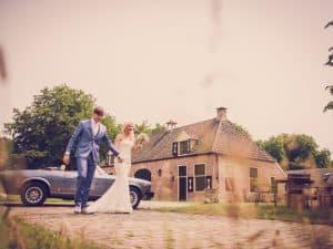 8. Trouwreportage bruiloft Friesland, Sneek, trouwauto, Nickie