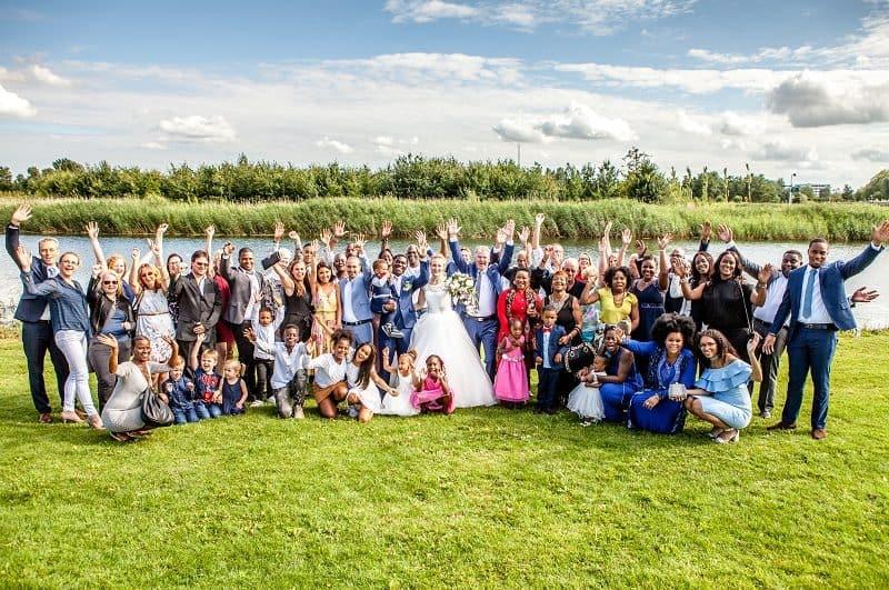 Bruiloftsgasten aan het water, Utrecht, Mijntje