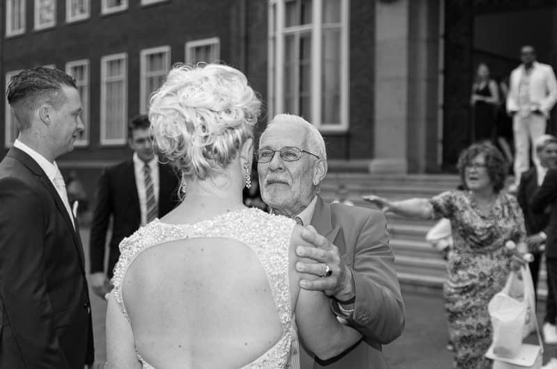 Trouwfotograaf Hoofddorp, bruid met vader, Peter