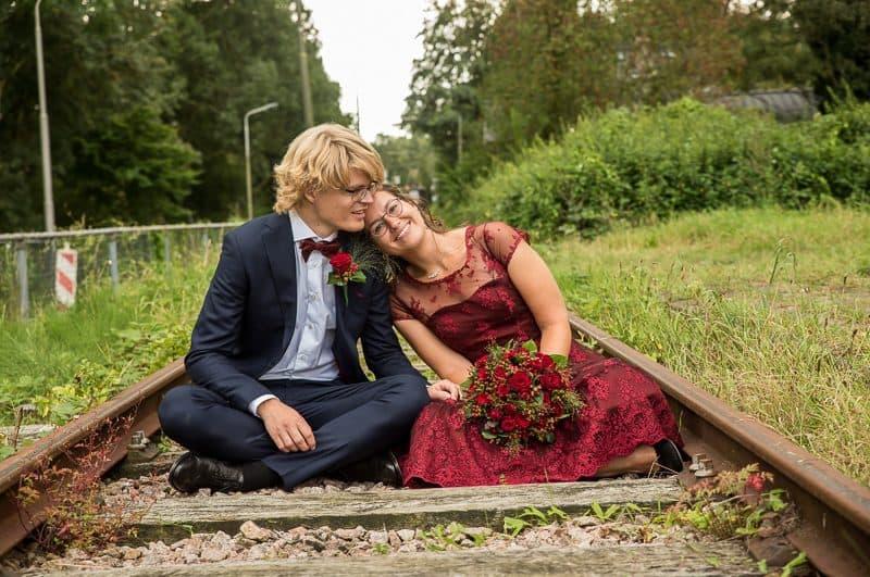 Trouwfotograaf Hoofddorp, bruidspaar op spoor, Peter