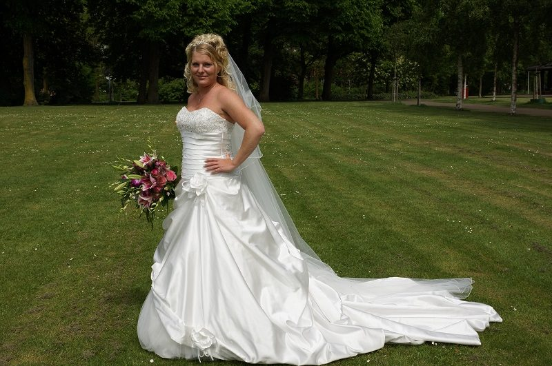 Trouwfotograaf Wageningen, bruid met boeket, Nancy