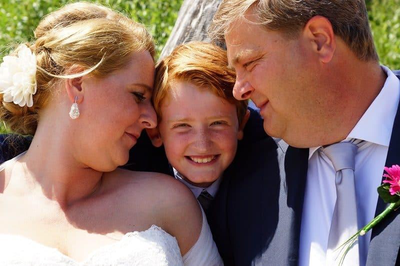 Trouwfotograaf Wageningen, bruidspaar met zoon, Nancy