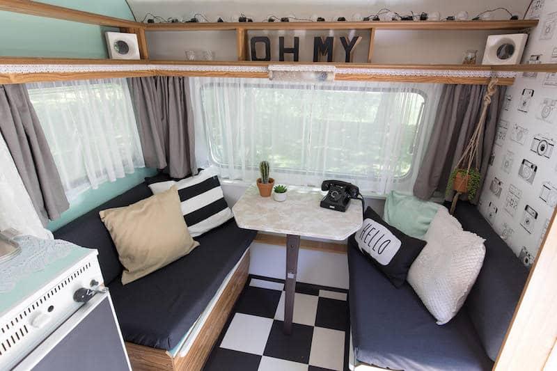 https://fotograafkiezen.nl/wp-content/uploads/2018/03/interieur-caravan-photobooth.jpg